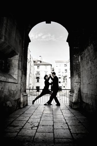 ein Paar tanzt Tango unter freiem Himmel